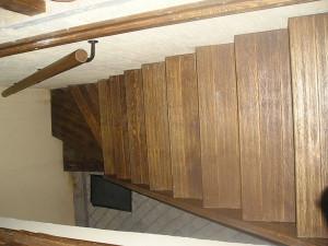 На фото - лестница в погреб под домом, uhouse.ru