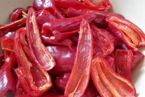 Фото разрезания горького перца на половинки, receptmaster.info