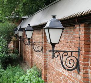На фото - крепление уличных фонарей на фасад дачного дома, goodsvet.ru