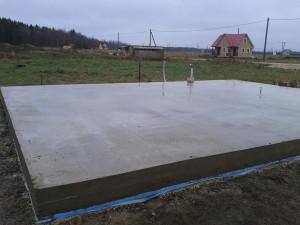 На фото - монолитная плита фундамента деревянного гаража, spbfundament.nethouse.ru
