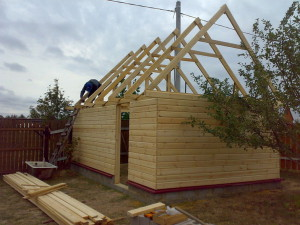 На фото - верхний обвязочный брус деревянного гаража, sawwood.ru