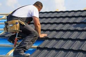 На фото - наружное покрытие крыши гаража из бруса, okrovlenadom.ru