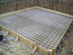 На фото - опалубка для бетонного фундамента каркасного гаража, rayskayausadba.ru