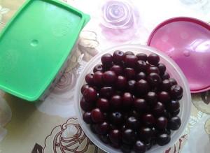 На фото - замораживание вишни в пластиковом контейнере, sous.moy.su