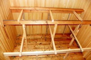 На фото - монтаж каркаса для полок в бане, vse-bani.info