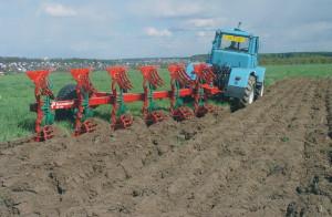 Фото вспашки земли с взметом пласта, tractor-server.ru