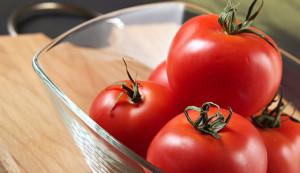 На фото - свежие томаты, kakimenno.ru
