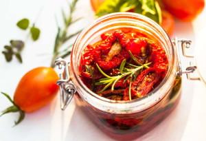 На фото - сушеные помидоры в оливковом масле, pastapizzarisotto.com