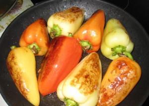 На фото - обжаривание стручков сладкого перца, nayemsya.ru