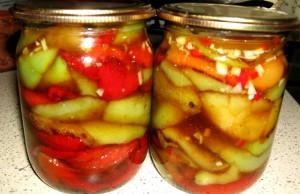 На фото - жареный перец с чесноком в маринаде, kuhnya.org