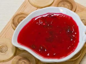 На фото - соус из красной смородины, povar.ru