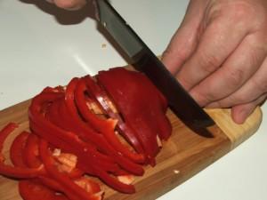 На фото - нарезание болгарского перца соломкой, uz-pchak.nethouse.ua
