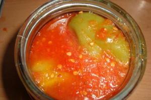 На фото - консервация перца цельными плодами с томатами, fotorecept.com