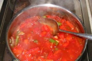 На фото - варка перца с луком в томатном соке, povar.ru