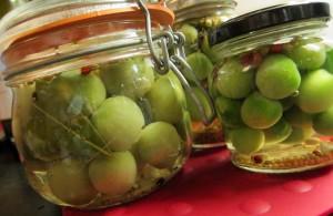 На фото - зеленые помидоры в рассоле, pampushka.in.ua