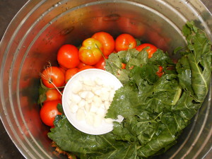 На фото - томаты в ведре с зеленью, vkusnoicmachno.ru