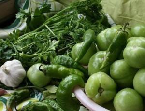 Фото зеленых помидор с зеленью и чесноком, gruzin-kuhnya.ru