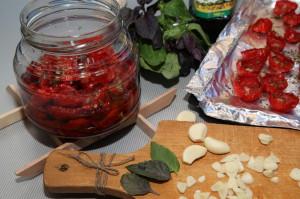 Фото приготовления вяленых помидоров с чесноком и базиликом, funpanda.ru