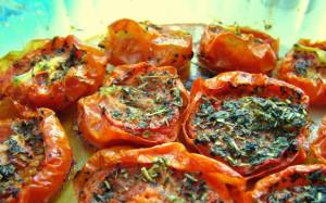 На фото - приготовление вяленных помидоров в СВЧ-печи, povarenok.ru