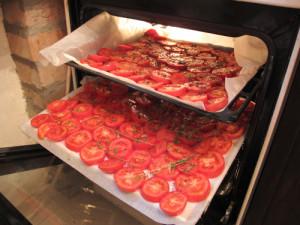 Фото приготовления вяленых томатов на противне, plohihreceptov.net