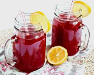 На фото - разбавленный водой малиновый сок, girafejournal.com