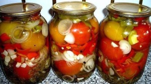 На фото - лук с помидорами в сладком маринаде, dachnyj-sad-ogorod.com