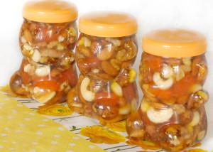 На фото - грецкие орехи с миндалем и кешью в меде, vareniya.com