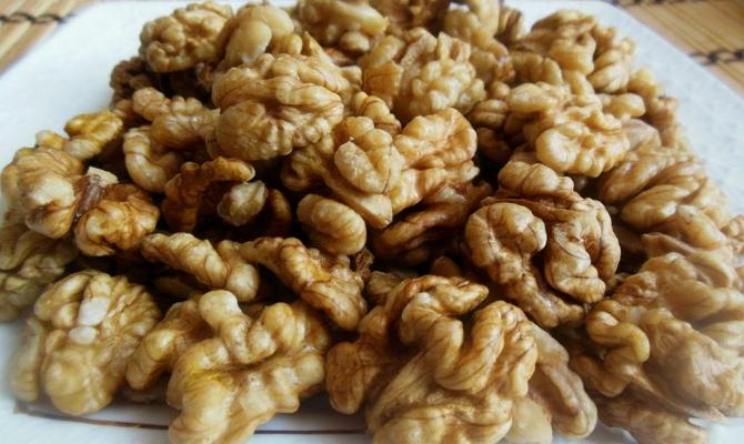 На фото - очищенные грецкие орехи
