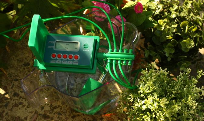 На фото - система контроля за поливом цветов на даче