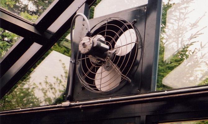 На фото - электрическая вентиляция теплицы