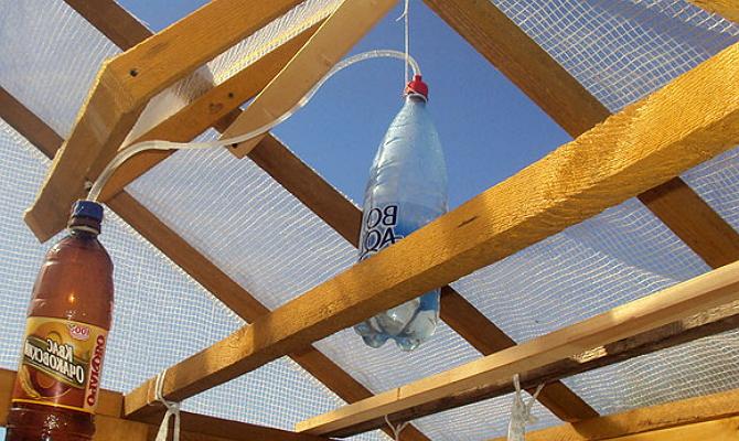 На фото - автоматическая вентиляция оранжереи на пластиковых бутылках