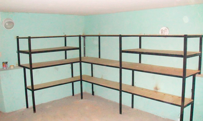Установка полок самодельного стеллажа для гаража