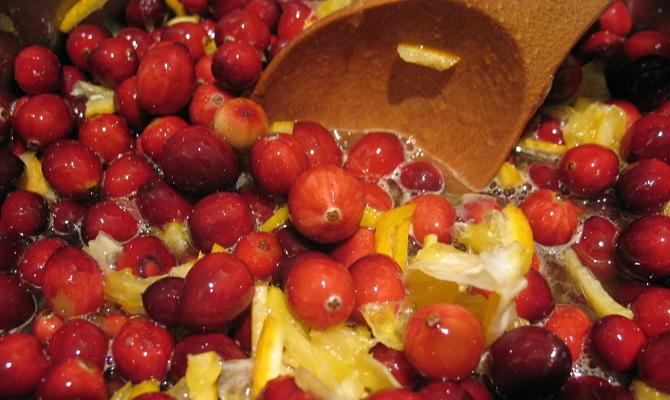 Приготовление варенья из клюквы с лимонной цедрой