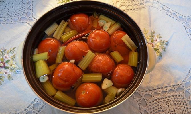 Приготовление вкусных соленых томатов в кастрюле