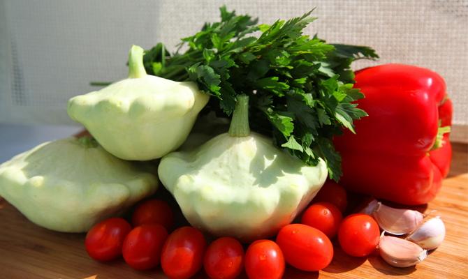 Патиссоны с помидорами и перцем