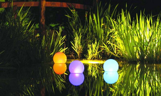 Плавающие фонарики в водоеме