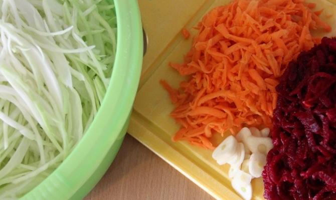 Ингредиенты для маринования капусты со свеклой