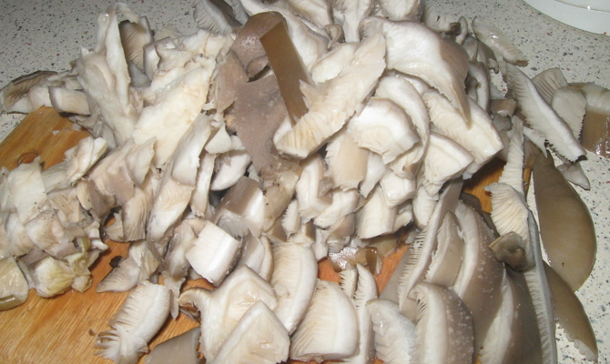 Нарезка шляпок грибов крупными ломтиками