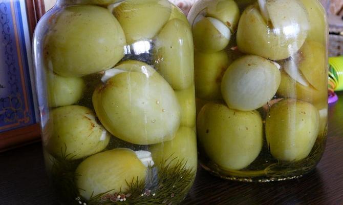 Маринование зеленых томатов с чесноком