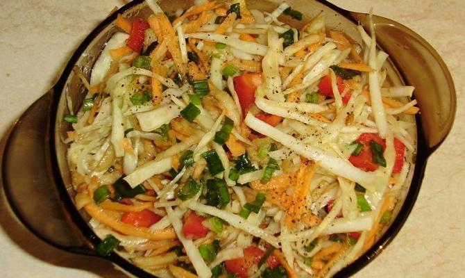 Готовый капустный салат с яблоками