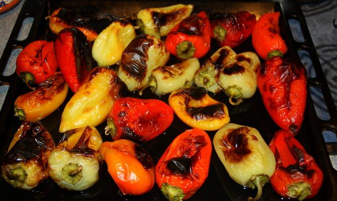 Извлечение горячих стручков из духовки