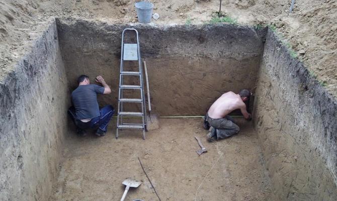 Рытье ямы для установки хранилища