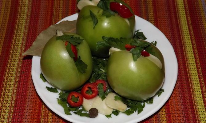 Нашпигованные чесноком зеленые помидорки