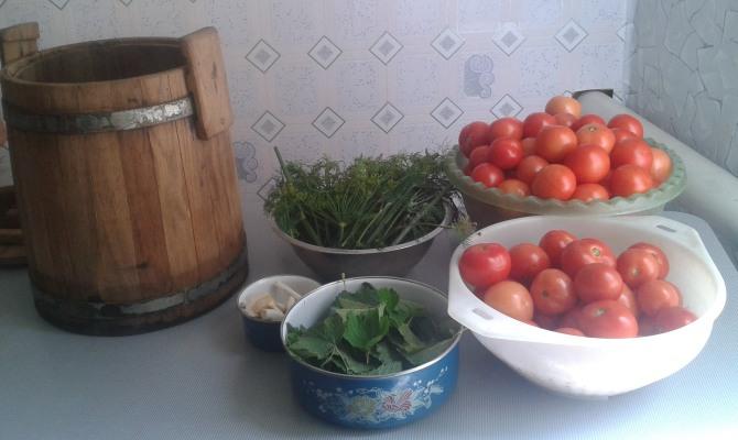 Соление помидор в деревянной кадке