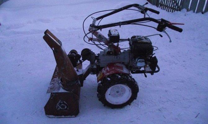 Мотоблок с навесным снегоочистителем