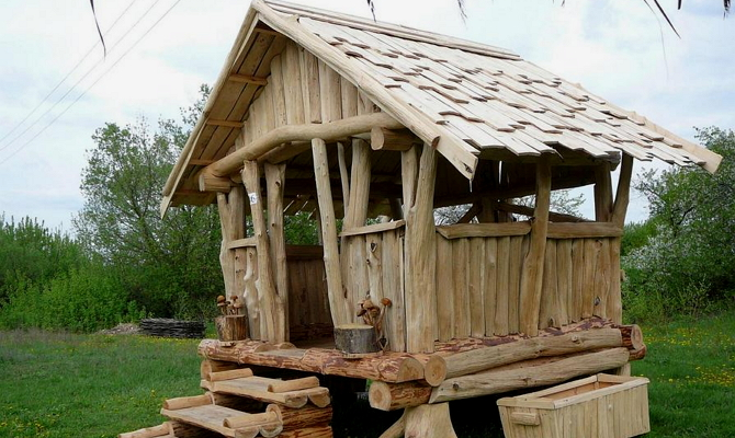 Садовый павильон из необработанной древесины