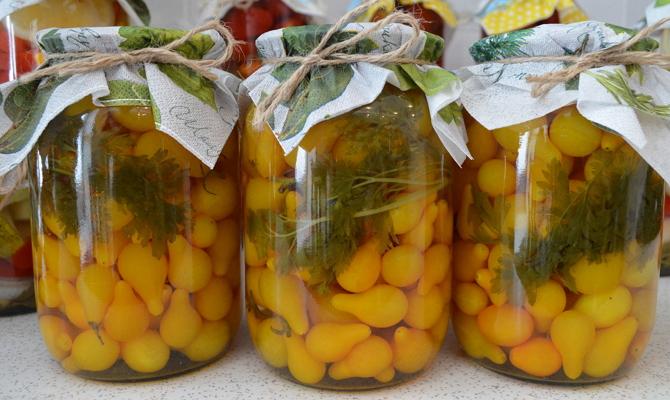 Закатываем желтые томаты целиком