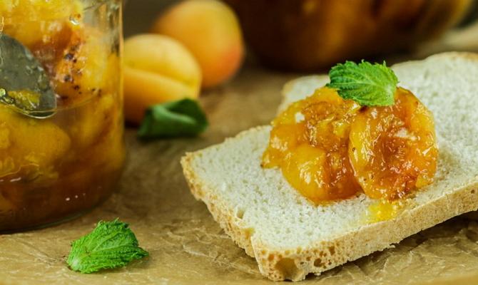Абрикосы в комплексе с персиками, апельсинами и киви