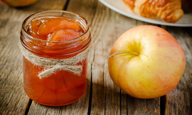 Яблочные дольки в сочетании со сливой и черноплодной рябиной