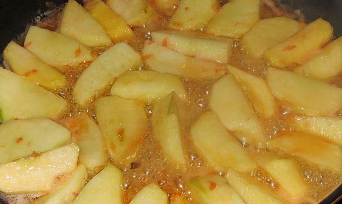 Экзотические фрукты и ломтики яблок